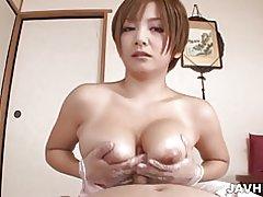 Paciente sucio goza de baño de esponja meguru kosaka