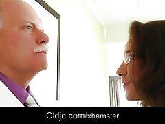 Viejo criado follando a su jefe señorita malcriada