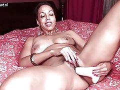 Madre madura con vagina peluda hambrienta