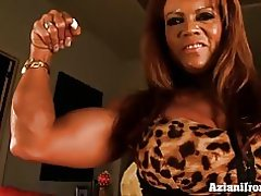 Bombas de babe de músculo hasta su clítoris grande