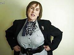 Mamá madura británica traviesa jugando con su coño peludo