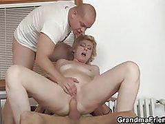 Entrega chicos compartir titted pequeña vieja señora