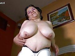 Abuela Latina con enormes tetas caídas hace video casero