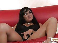 Sexy ama de casa madura separa las piernas de su hijastro