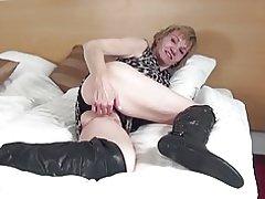 Abuela amateur con coño viejo hambre en grandes botas negras