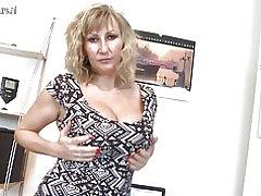 Madre tetona con vagina hambrienta