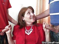Trío de abuela caliente en la oficina