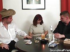 Doble penetración abuelita después de juego de cartas