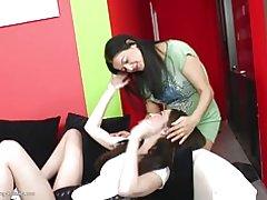 Mamá sexy folla a su chica joven lesbiana juguete