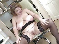 Elegante madre madura con grandes tetas y gran culo