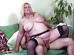 Gran boobed madre sexy madura follada por joven amante
