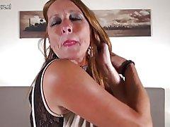 Caliente madre madura holandesa con chochos hambrientos