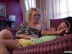 Mamá le despertó lamiendo su coño mojado