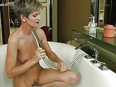 Madura amateur madre tener la hora del baño