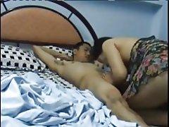 Chicos jovenes de mayores mujer asiática swallos carga