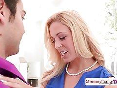 Glam cougar madura ayuda a pareja follar adolescente