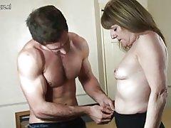Abuela follada por tio joven en coño perforado