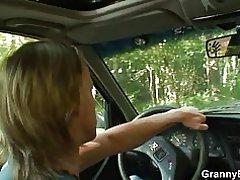 70 años vieja abuela obtiene golpeó el borde de la carretera