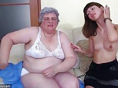 Oldnanny linda chica está disfrutando con la abuela y entonces con chico