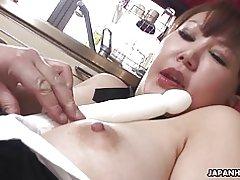 Chubby milf japonesa gime mientras su coño peludo se jugó