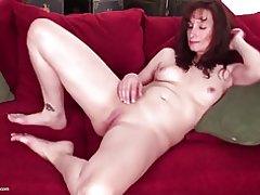 Encantadora madre madura con vagina hambrienta