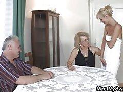 Padres viejo pervertidos follan a chica rubia