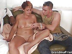 Abuela sexy chupa y monta a la vez