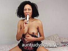 Milf negra carmen utiliza un juguete en la vagina