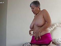 Abuela vieja pero todavía caliente con cuerpo caliente