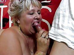 Vieja abuela obtiene coño peludo perforado por niño