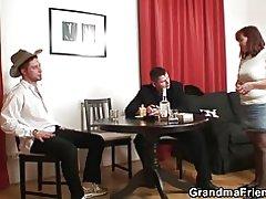 Strip poker lleva a trío vieja