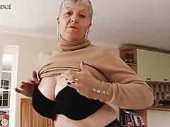 Naughty abuela británica pecho grande jugando con ella
