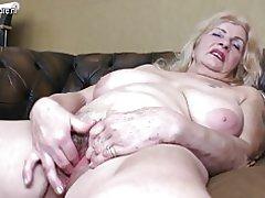 Sucia abuela con coño peludo