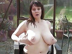 Grandes pecho británica ama de casa masturbándose en su