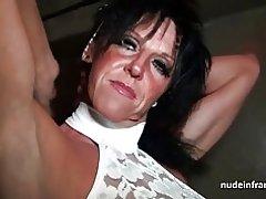Mamá tetona duro golpeada en un sótano de sex-shop