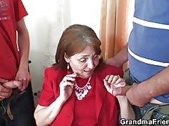 Abuelita muy vieja se lo lleva en ambos extremos