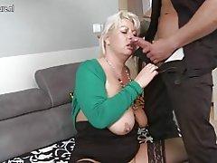 Madre madura gordita follando y chupando