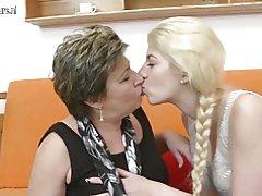 Dos lesbianas viejas y jóvenes, mediante un doubledong