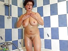 Abuela tetona Oldnanny está haciendo striptease