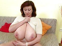 Hermosa madre madura con tetas enormes y perfectas madura