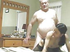 Gordito tipo viejo folla a su puta asiática