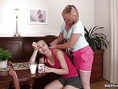 Mamá rubia y teen lesbianas ir