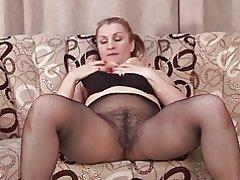 Madre amateur con gran culo y coño peludo