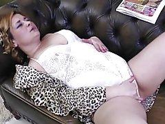 Madre madura con el culo hambriento y coño