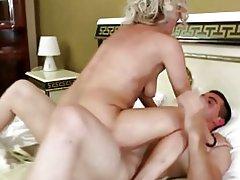 Encantadora madre chupar y follar a su joven amante