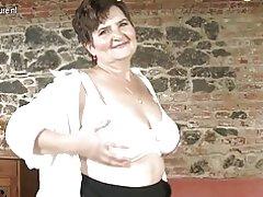 Madre madura jugando con su coño peludo