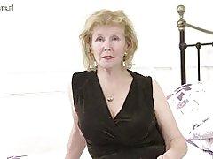 Ama de casa británica cachonda jugando con su coño