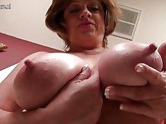 Mamá madura americana con saggy tetas grandes