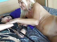 Oldnanny rubia madura y esclava morena adolescente masturbandose