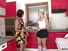 Caliente escena lesbiana madura y teen en la cocina